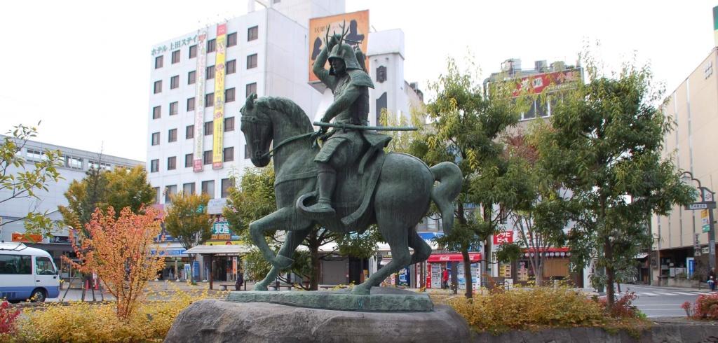 JR上田駅前の幸村騎馬像